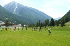 081-ragazzi-giocano-calcio-e-le-ragazze-esercizi-ginnici