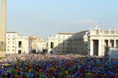 512-tutti-con-i-palloncini-colorati