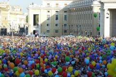 513-tutti-con-i-palloncini-colorati